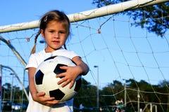 Leka fotboll för flicka Royaltyfria Foton