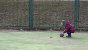 Leka fotboll för flicka Behandla som ett barn med bollen på sportfält 4K ultra HD arkivfilmer