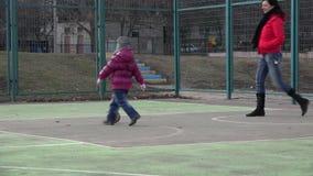 Leka fotboll för flicka Behandla som ett barn med bollen på sportfält 4K ultra HD stock video