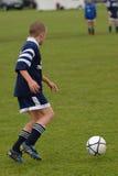 leka fotboll för fotbollsspelare Royaltyfri Bild