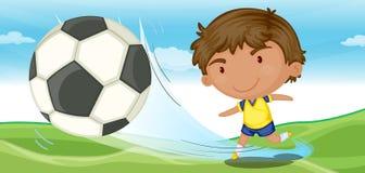 Leka fotboll för pojke Fotografering för Bildbyråer