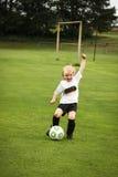 Leka fotboll för pojke Royaltyfri Foto