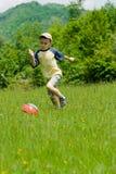 leka fotboll för pojke Arkivfoton