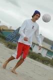 leka fotboll för pojke Arkivbild
