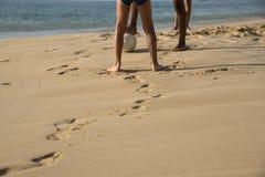 leka fotboll för strand royaltyfria bilder