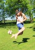 Leka fotboll för tonåring Royaltyfria Bilder