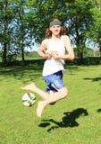 Leka fotboll för tonåring Royaltyfri Bild