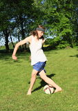 Leka fotboll för tonåring Fotografering för Bildbyråer