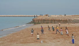 Leka fotboll på stranden Royaltyfria Foton