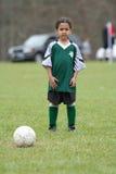 leka fotbollbarn för flicka Arkivbild
