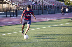 leka fotbollbarn för man Royaltyfri Foto