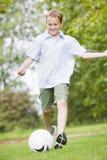 leka fotbollbarn för pojke Fotografering för Bildbyråer