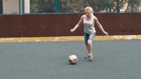 Leka fotbollfotboll för kvinna Kvinnlig footballespelare lager videofilmer