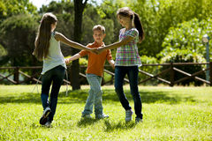 Leka för barn som cirkel-runt om--är rosigt Royaltyfria Bilder