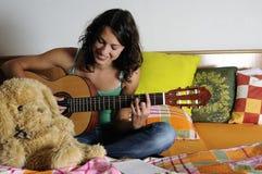 leka för gitarr som är teen Royaltyfria Bilder