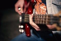 leka för gitarrman Arkivbilder