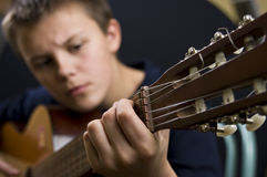 leka för pojkegitarr Arkivbild