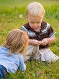 leka för pojkenatur Fotografering för Bildbyråer