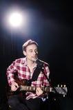 Leka gitarr för man Royaltyfria Bilder