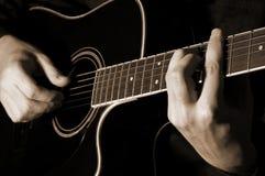 Leka gitarr för musiker royaltyfri fotografi