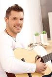 Leka gitarr för stilig barnman Fotografering för Bildbyråer