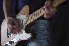 Leka gitarren royaltyfri bild