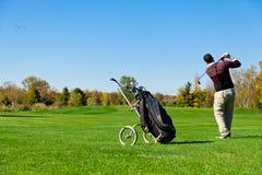 Leka golf för man Royaltyfria Bilder
