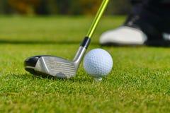 Golfboll och klubba Arkivbild
