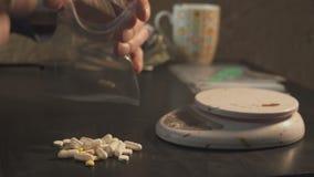 Leka handlowiec pakuje leki w pakunkach i waży one - w pastylki inny lub amfetaminie - zbiory