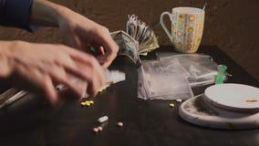 Leka handlowiec pakuje leki w pakunkach i waży one - w pastylki inny lub amfetaminie - zbiory wideo