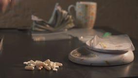 Leka handlowiec pakuje leki w pakunkach i waży one - w pastylki inny lub amfetaminie - zdjęcie wideo