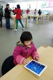 Leka ipad för kinesiskt barn i äpplelagret Fotografering för Bildbyråer