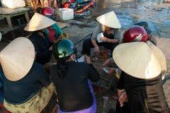Leka kort i fisken marknadsför av Hoi, Vietnam Royaltyfri Fotografi