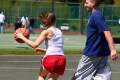 leka kvinna för basketman Royaltyfri Foto