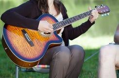 leka kvinna för gitarr Fotografering för Bildbyråer