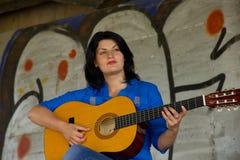 leka kvinna för gitarr Royaltyfria Foton