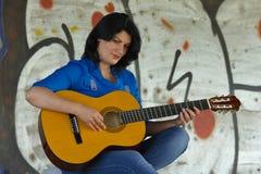 leka kvinna för gitarr Royaltyfri Bild
