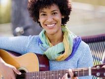 leka kvinna för gitarrpark Royaltyfri Fotografi