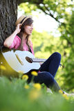 leka kvinna för gitarrpark arkivbild