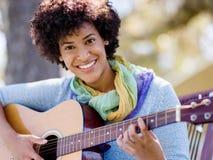 leka kvinna för gitarrpark Arkivfoton