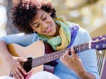 leka kvinna för gitarrpark Arkivfoto