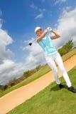 leka kvinna för golf Royaltyfri Fotografi