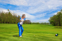 leka kvinna för golf Royaltyfri Bild