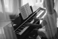 leka kvinna för härligt piano svart white Royaltyfri Fotografi