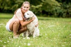 leka kvinna för hund royaltyfria bilder