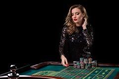 leka kvinna för kasino Kvinnainsatshögar av chiper som spelar rou Arkivbilder