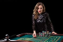leka kvinna för kasino Kvinnainsatshögar av chiper som spelar rou Royaltyfria Bilder