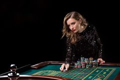 leka kvinna för kasino Kvinnainsatshögar av chiper som spelar rou Arkivfoto