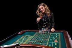 leka kvinna för kasino Kvinnainsatshögar av chiper som spelar rou Royaltyfri Fotografi
