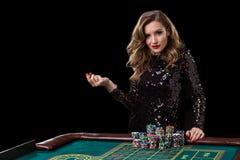 leka kvinna för kasino Kvinnainsatshögar av chiper som spelar rou Royaltyfria Foton